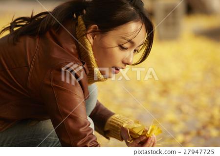 单独在区域内行走的妇女独自旅行 27947725