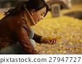 单独在区域内行走的妇女独自旅行 27947727