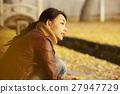 单独在区域内行走的妇女独自旅行 27947729
