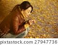 单独在区域内行走的妇女独自旅行 27947736