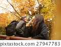 做秋葉的外國婦女和日本婦女 27947783