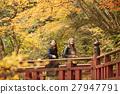 做秋葉的外國婦女和日本婦女 27947791