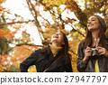 做秋叶的外国妇女和日本妇女 27947797