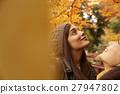做秋葉的外國婦女和日本婦女 27947802