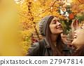 做秋葉的外國婦女和日本婦女 27947814