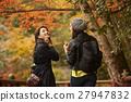 享受秋叶的妇女 27947832