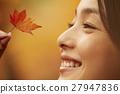 享用秋叶的妇女 27947836