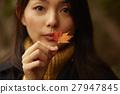 享用秋葉的婦女 27947845