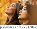 享受秋叶的妇女 27947847