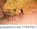 享用秋叶的妇女 27947852