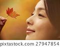 享用秋叶的妇女 27947854