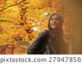 享用秋葉的婦女 27947856