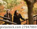做秋葉的外國婦女和日本婦女 27947860