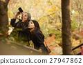 做秋叶的外国妇女和日本妇女 27947862