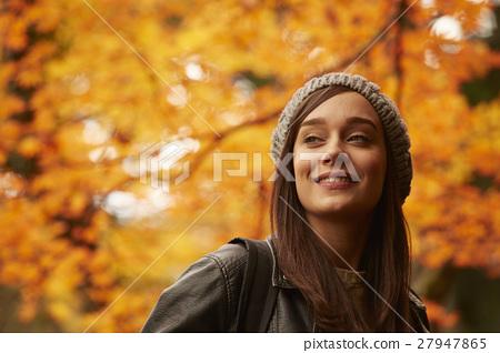 享用秋葉的婦女 27947865