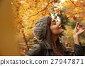享用秋葉的婦女 27947871