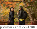 做秋葉的外國婦女和日本婦女 27947883
