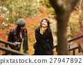 做秋叶的外国妇女和日本妇女 27947892
