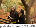 做秋叶的外国妇女和日本妇女 27947896