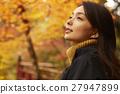 享用秋葉的婦女 27947899
