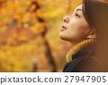 享用秋叶的妇女 27947905