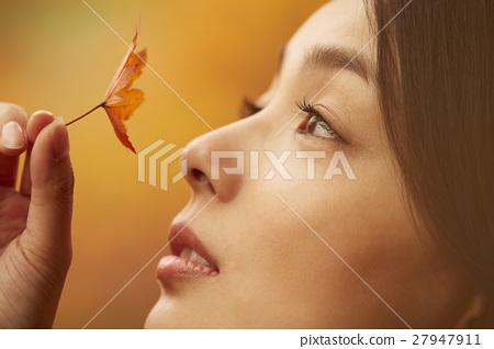 享用秋叶的妇女 27947911