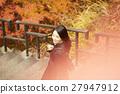 享用秋叶的妇女 27947912