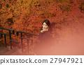 享用秋叶的妇女 27947921