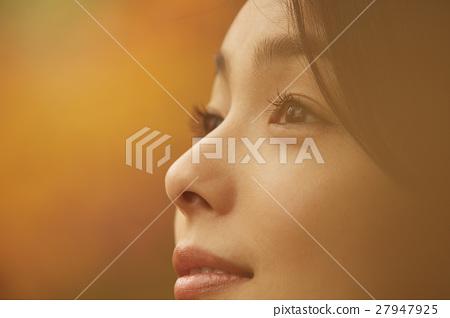 享用秋葉的婦女 27947925