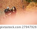 做秋叶的外国妇女和日本妇女 27947926