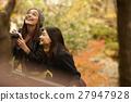 做秋叶的外国妇女和日本妇女 27947928