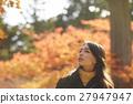 享用秋叶的妇女 27947947