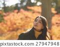 享用秋叶的妇女 27947948