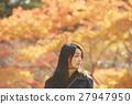 享用秋叶的妇女 27947950