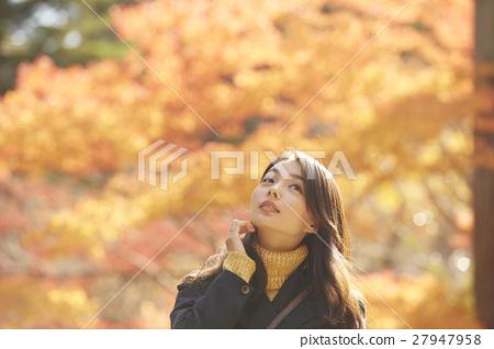 享用秋叶的妇女 27947958