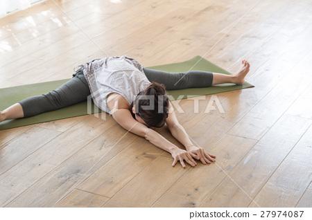 前腿彎曲的女人 27974087