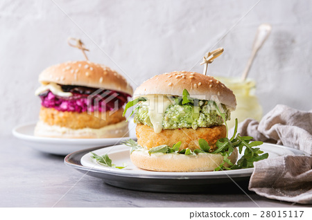Vegan burgers with avocado, beetroot and sauce 28015117