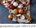 Variety of whole and sliced onion 28015150