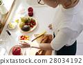 妇女坚持做饭 28034192
