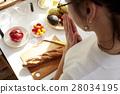 妇女坚持做饭 28034195