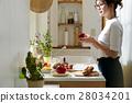 妇女坚持做饭 28034201