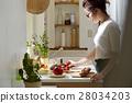 妇女坚持做饭 28034203