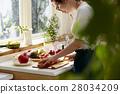 妇女坚持做饭 28034209