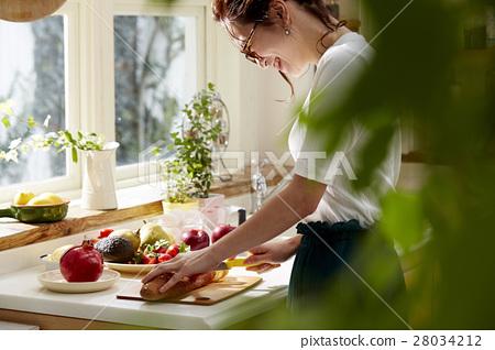 妇女坚持做饭 28034212