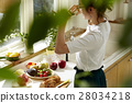 妇女坚持做饭 28034218