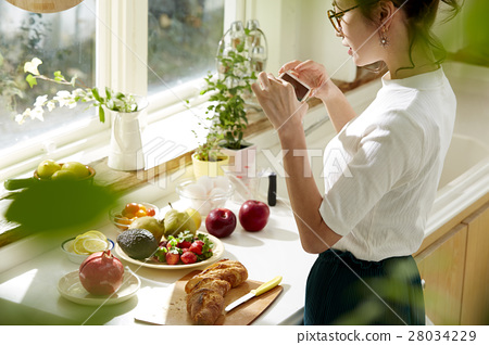 Women sticking to cooking 28034229