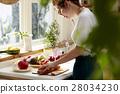 妇女坚持做饭 28034230