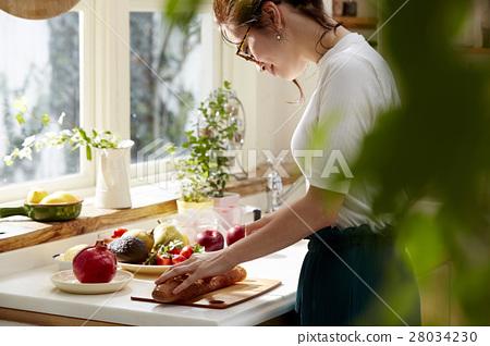 Women sticking to cooking 28034230