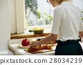 ผู้หญิงติดกับการทำอาหาร 28034239