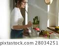 妇女坚持做饭 28034251
